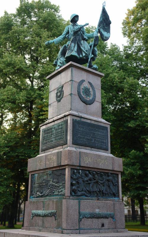 Скульптура и барельефы памятника.