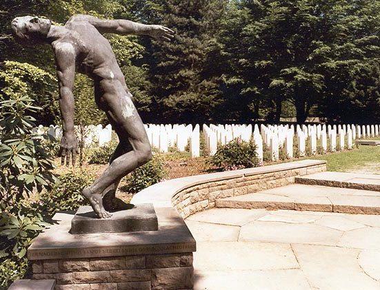 Скульптура «Падающий человек» на голландском участке военного кладбища.