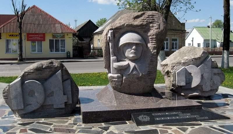 г. Ивье. Памятник погибшим советским воинам.