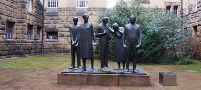 Памятник узникам тюрьмы.