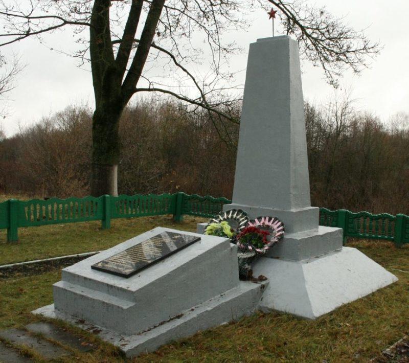 Агрогородок Морино Ивьевского р-на. Памятник, установленный на братской могиле, в которой похоронено 18 советских воинов.