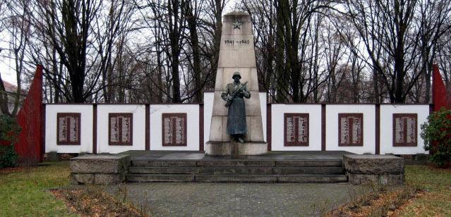 г. Ниски. Памятник, установленный на братской могиле, в которой похоронено 1 178 советских воинов, в т.ч. 346 неизвестных.