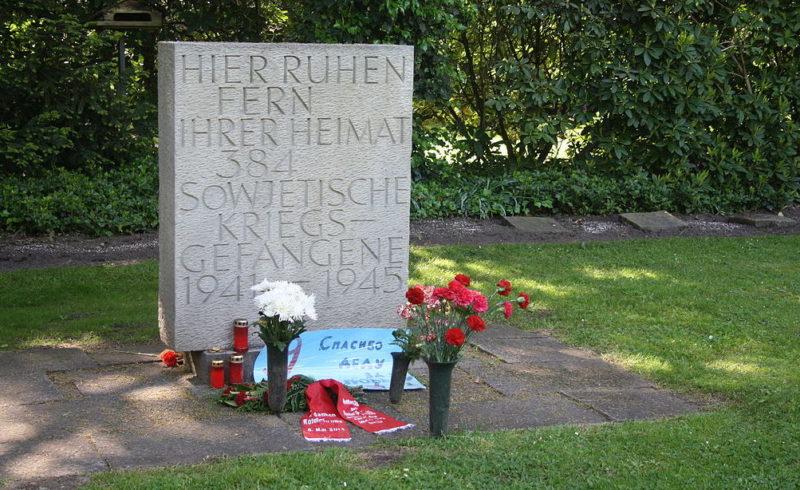 Памятник, установленный на братской могиле, в которой похоронено 384 советских военнопленных.
