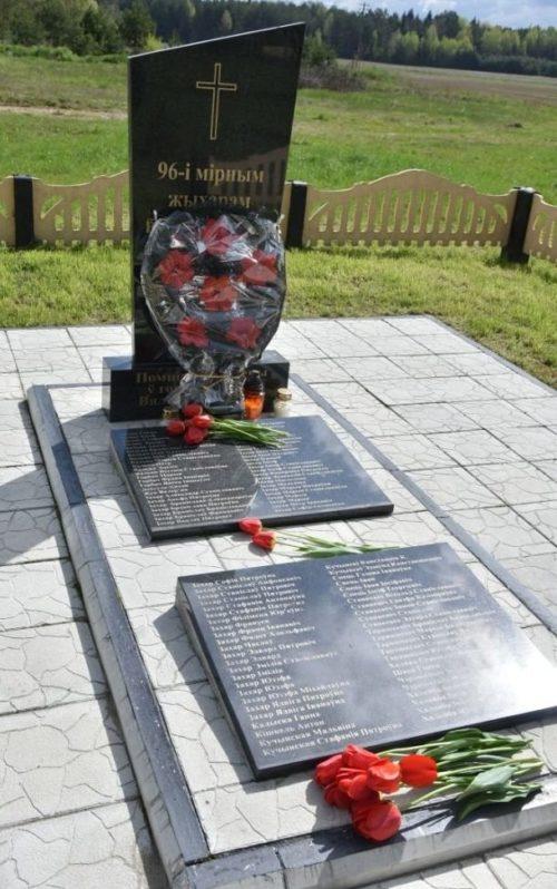д. Ятолтовичи Ивьевского р-на. Памятники на местах массового уничтожения мирных жителей. Всего захоронено 96 человек.