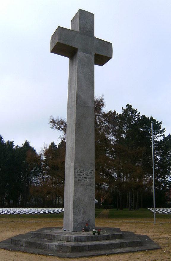Центральный памятник на итальянском участке воинского захоронения.