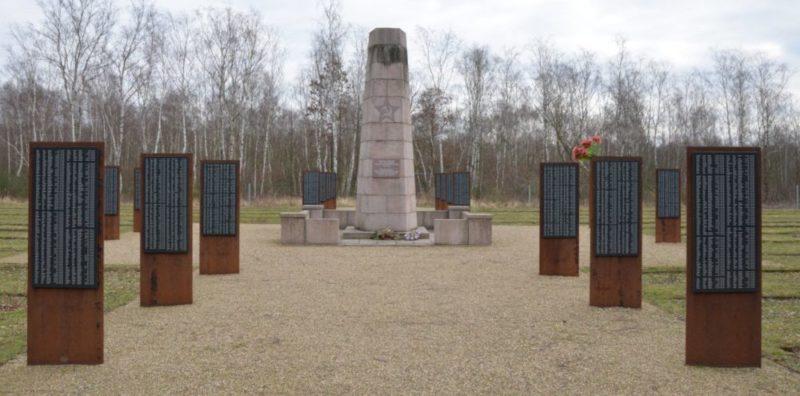 Коммуна Зейтхайн. Памятник на кладбище, где похоронено 12 168 погибших военнопленных.