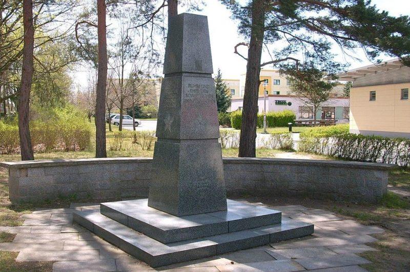 Коммуна Кенигсварта. Памятник, павшим солдатам 2-й польской армии.