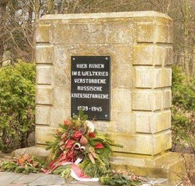 Коммуна Рюэн. Памятник, установленный на братской могиле, в которой похоронено 76 советских военнопленных.