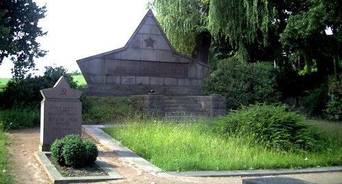 г. Ломмач. Памятник, установленный на братской могиле, в которой похоронено 83 советских, итальянских и чехословацких жертв массового убийства СС 29 апреля 1945 года.
