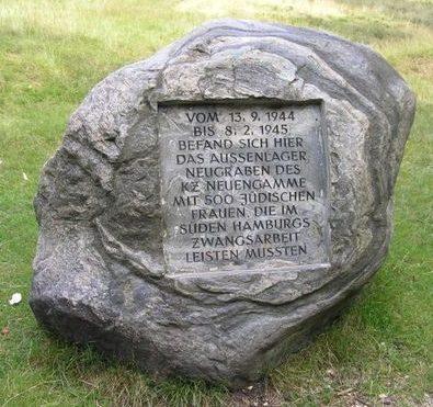 г. Гамбург. Памятный знак установлен на месте трудового лагеря «Subcamp Neugraben», в котором содержалось около 500 еврейских женщин.