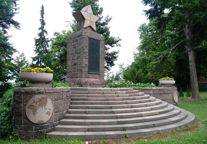 г. Майсен р-н Бохнич. Памятник на военном кладбище, где похоронено 463 советских подневольных рабочих, военнопленных и солдат, которые погибли в 1945 году.
