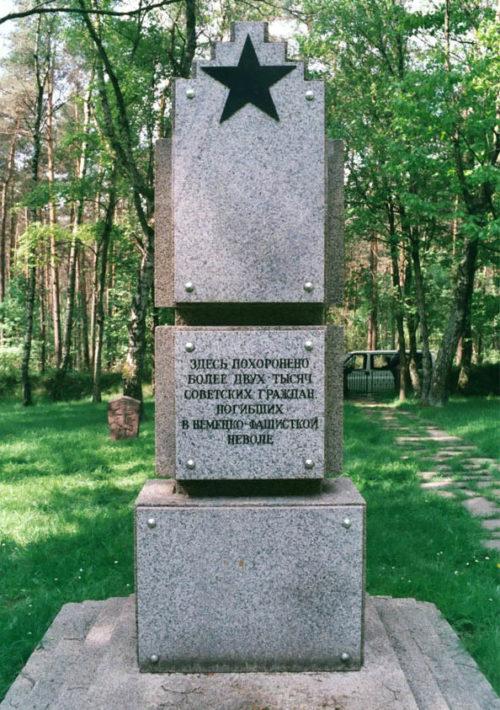 с. Хестерберг, Ниэнбург-на-Везере район. Памятник, установленный на братской могиле, где похоронено 2 тысячи советских военнопленных и интернированных.