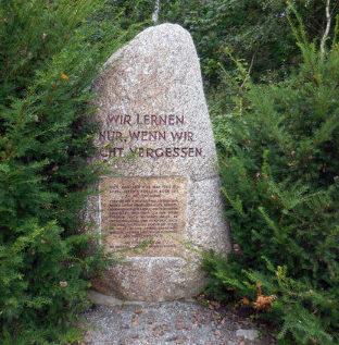 д. Шандель. Памятник на месте концлагеря Шанделя, где содержалось 15 тысяч заключенных, из которых умерло 3,5 тысячи.