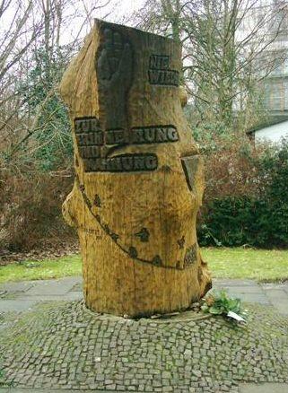 г. Гамбург-Поппенбюттель. Памятник на месте отделения концлагеря Нойенгамме, где содержалось около 500 женщин: евреек и цыганок.