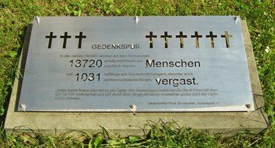 г. Пирна. Дорога смерти в газовую камеру концлагеря Зонненштейна. Маршрут отмечен 14 751 крестом на тротуарах и улицах. Поскольку краска стирается, кресты постоянно обновляют, тем самым напоминая людям о трагедии.
