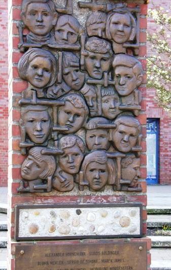 г. Гамбург. Памятник в честь гибели 20 детей в Bullenhuser Damm в результате медицинских эксперементов врачей СС.
