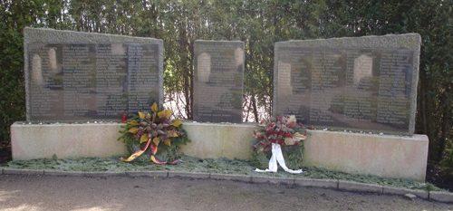с. Энгерхафе. Мемориал на месте концлагеря, в котором содержалось 2 тысячи заключенных, из которых погибло 200 человек.