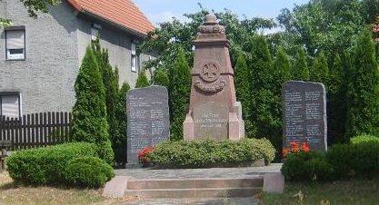 д. Прессель. Мемориал посвящен памяти жителей Пресселя, погибших или пропавших без вести в Первой и Второй мировых войнах.
