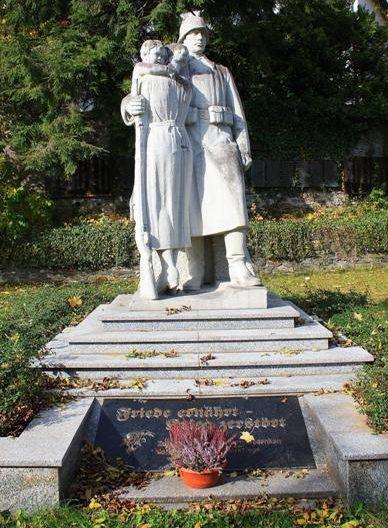 п. Рашау. Памятник, землякам, погибшим в годы обеих мировых войн.
