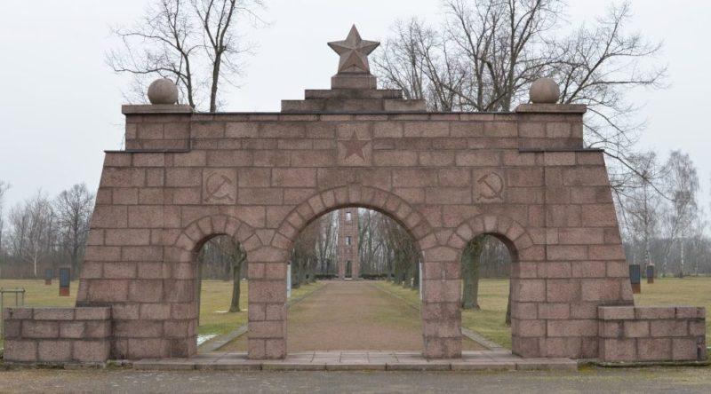Памятники на лагерном кладбище.