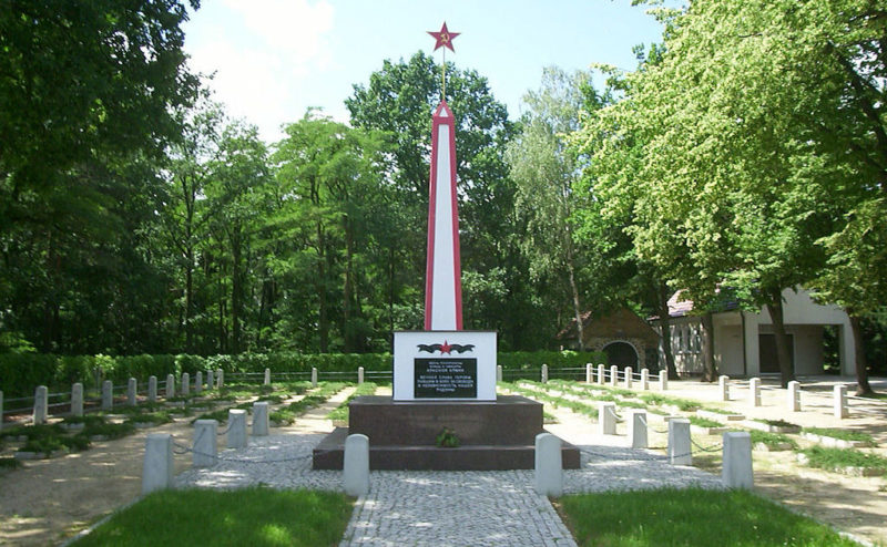Коммуна Требендорф. Памятник, установленный на братской могиле, где похоронено 535 советских воинов.