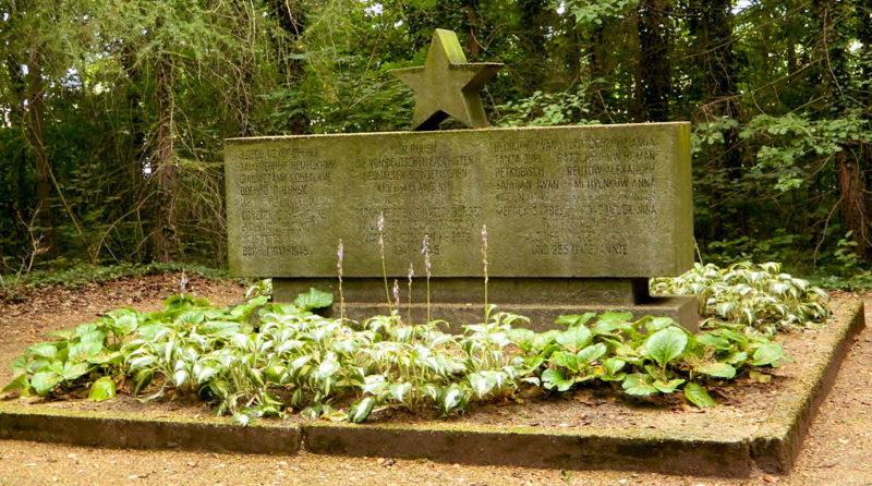 Хартау, Циттау. Памятник на военном кладбище, где похоронено 255 советских военнопленных.