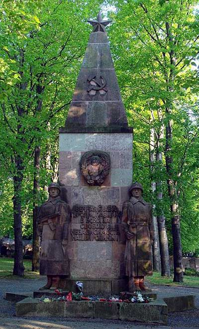 Памятники на воинском захоронении.