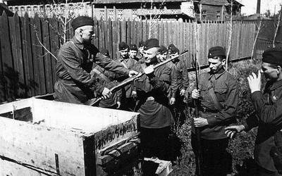 Выдача оружия новобранцам. Август 1941 г.