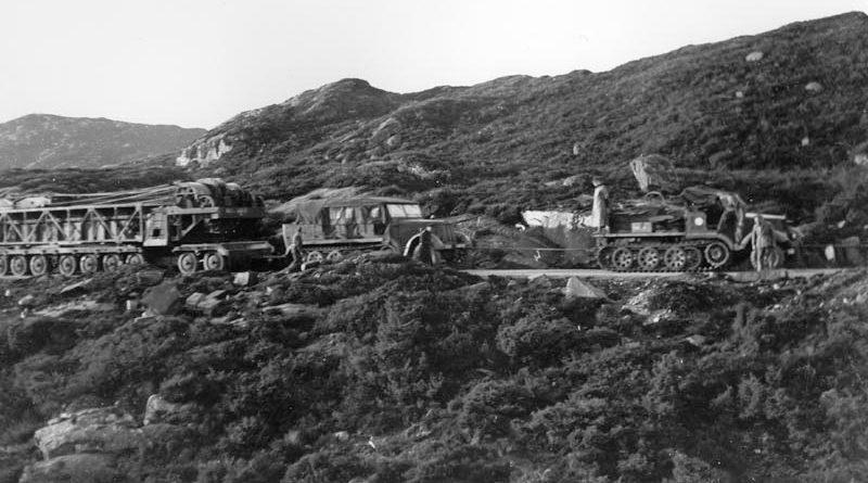 Транспортировка крана для монтажа орудий. 1942 г.
