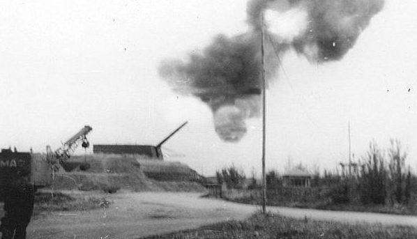 280-мм орудие ведет огонь.