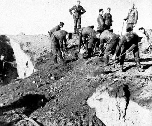 Немецкие саперы засыпают противотанковый ров под городом. 7 октября 1941 г.