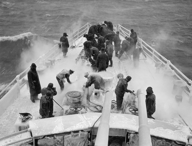 Льдоочистительные работы легкого крейсера «Scylla» горячим паром. Февраль 1943 г.