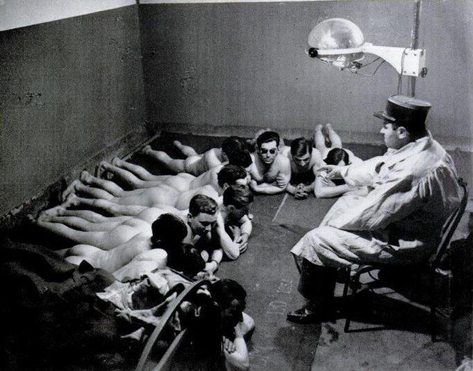 Французские солдаты принимают солнечные ванный в одном из бункеров линии Мажино. 1939 г.