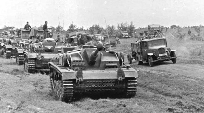 Немецкие танки под городом. Август 1941 г.