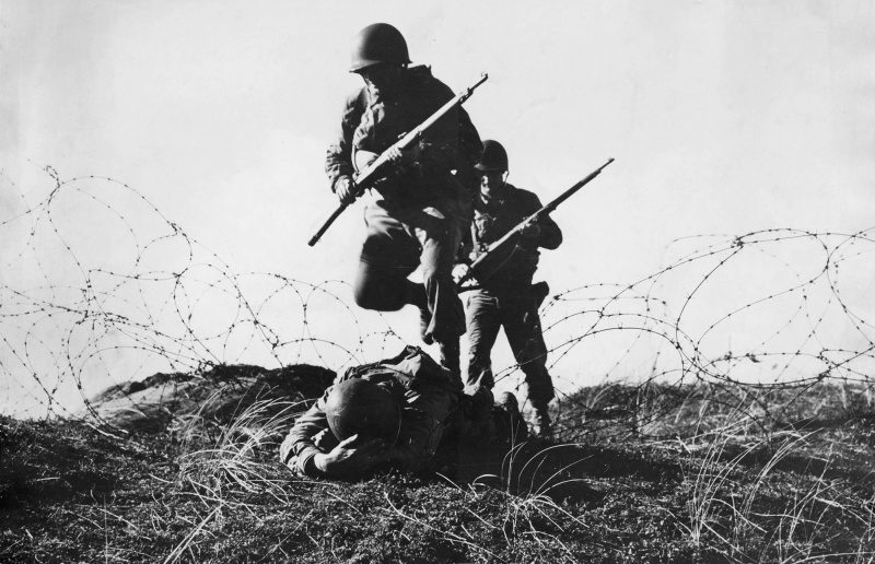 Американские солдаты учатся преодолевать проволочные заграждения. Весна 1944 г.