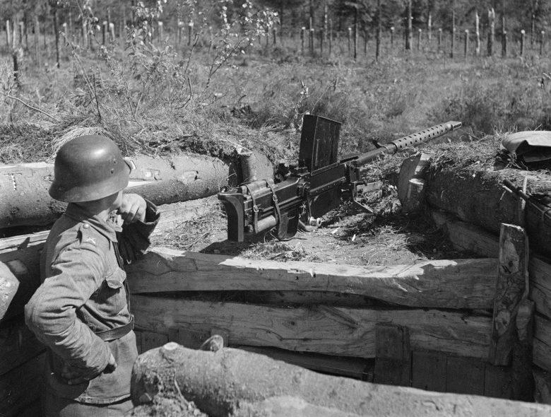 Финский солдат с 20 мм противотанковым ружьем «Лахти» L-39 на огневой позиции у реки Охта.