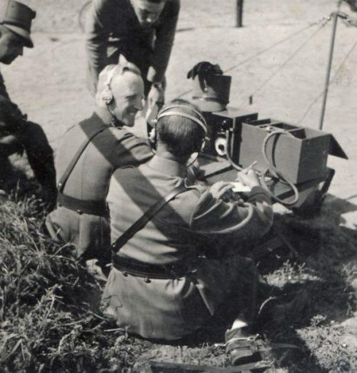 Офицеры осваивают радиопередатчик.