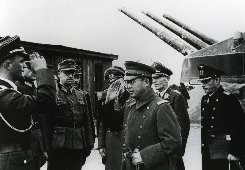 Ознакомление иностранцев с батареей в целях пропаганды мощи Атлантического вала. 1943 г.