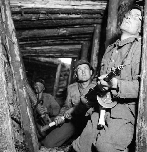 Финские солдаты в полевом укрытии. 6 июня 1944 года.