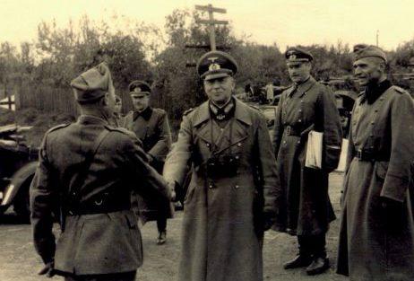 Генерал-полковник Клейст приветствует итальянского офицера. Сентябрь 1941 г.