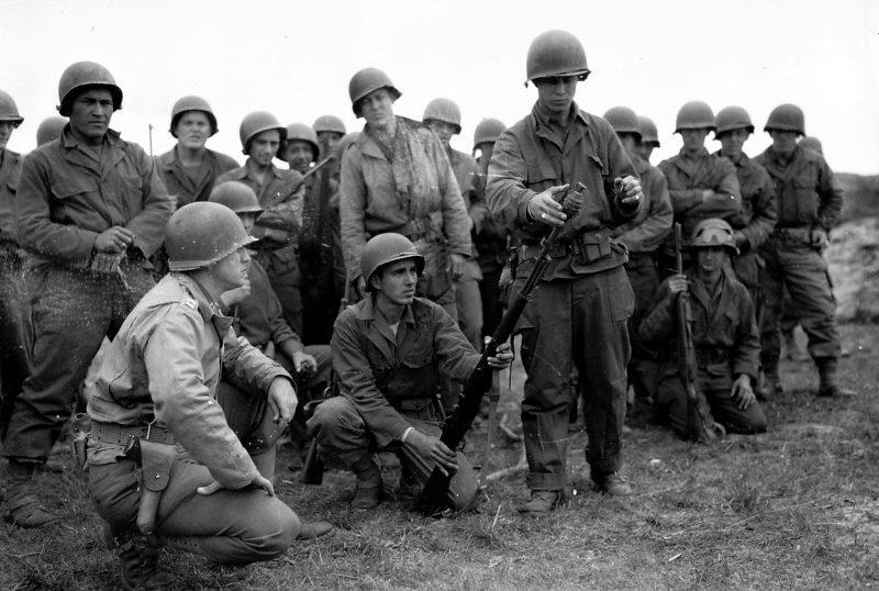 Солдаты 90-й пехотной дивизии США на практических занятиях по инженерной подготовке. Весна 1944 г.