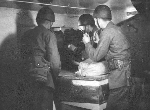 Один из бункеров линии снаружи и внутри в годы войны.