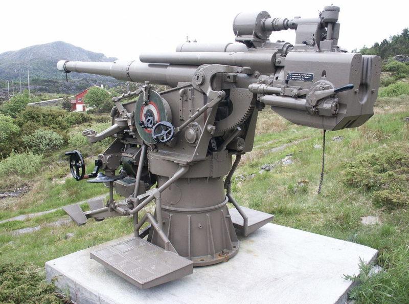 105-мм универсальное корабельное орудие и позиция для него.