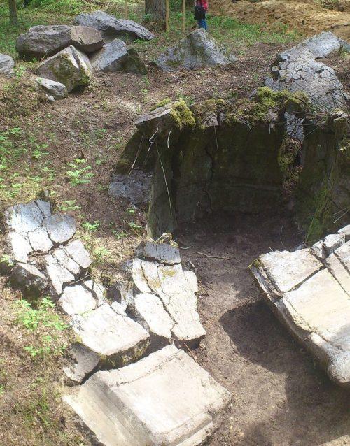 Развалины ДОТа на территории музея.