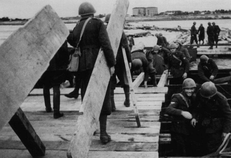 Итальянцы строят наплавной мост. Октябрь 1941 г.
