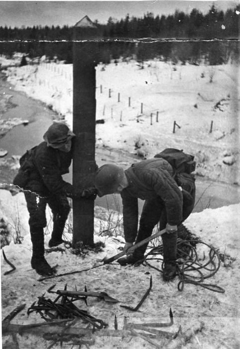Советские солдаты выкапывают столб на погранзаставе Майнила. 30 ноября 1939 г.