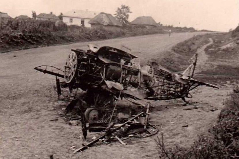 Сгоревший советский истребитель. Август 1941 г.