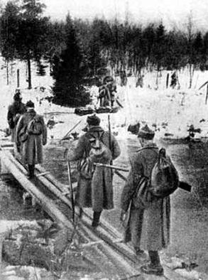 Советские пехотинцы переходят реку Раяйоки в Карелии. 30 ноября 1939 г.