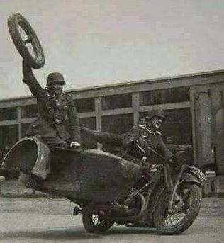 Немецкие мотоциклисты – показательные выступления. Лучше чем в цирке.