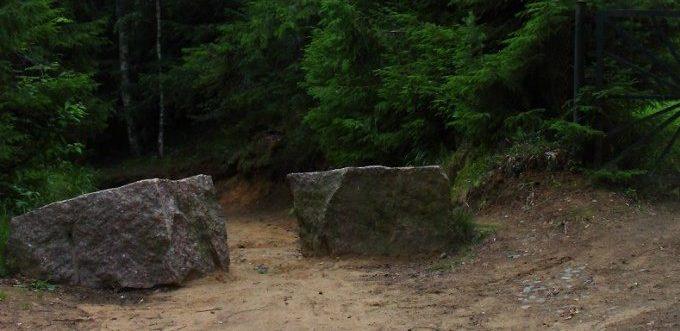 Каменные блоки в районе станции «69 км».